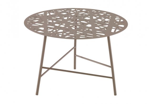 Odkládací stolek Ezou (Ligne Roset), design Tous Les Trois, lakovaná ocel a polyesterový lak odolný proti UV záření, vhodné i pro venkovní použití, cena 13 550 Kč, WWW.LIGNE-ROSET.COM