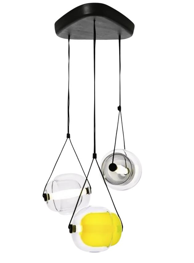 Závěsné svítidlo Capsula (Brokis), design Lucie Koldová, ručně foukané sklo, cena 117 557 Kč, WWW.BULB.CZ