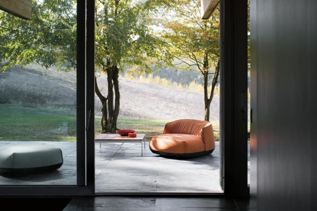 Kolekci venkovního nábytku značky Kristalia tvoří chaise longue, křesílko a pouf. Vše ze speciálního potahu.