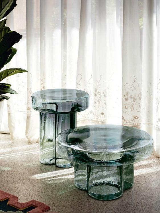 Tvrdý a otlučený povrch přitom fragmentuje čirost skla a dodává Sodě primitivní estetiku.
