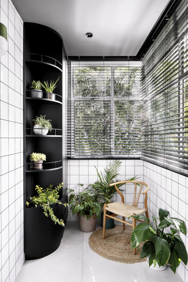Černá s bílou společně tvoří nesmrtelnou kombinaci a architekti z izraelského studia RUST Architects jsou si toho velmi dobře vědomi. Při návrhu svých interiérů tak pravidelně neváhají sáhnout právě po koncepci kontrastního minimalismu a dotáhnout ho k dokonalosti jemnou kresbou přírodního dřeva