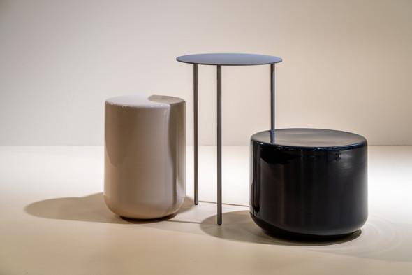 Kolekce hnízdových odkládacích stolků The Pair (Möbel Copenhagen) pracuje s harmonií kontrastu