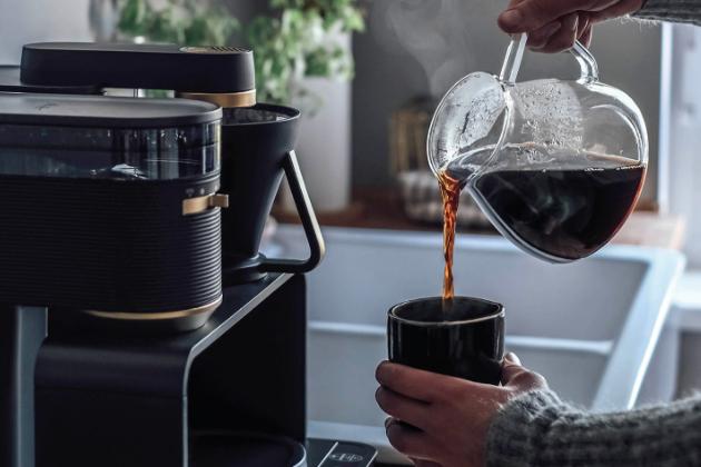 Kávovar Epos (Melitta) s integrovaným mlýnkem rozdrtí kávu přímo do filtru a automaticky zvolí potřebné množství na základě požadovaného počtu šálků a nastaveného výkonu.