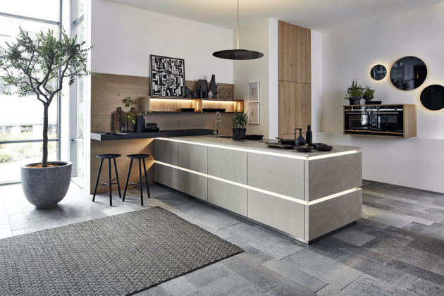 Kuchyňská sestava z modelů Portland – Tavola (Nolte Küchen), masivní dub v kombinaci s ručně nanášeným cementovým povrchem, cena závisí na konkrétní modulaci, www.nolte-kuechen.com