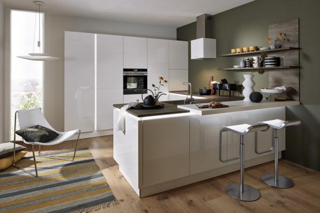 Kuchyňská sestava Nova Lack (Nolte Küchen), vysoký lesk s osvětlenou bezúchytkovou lištou, cena závisí na konkrétní modulaci, WWW.NOLtE-kuEChEN.COM