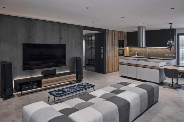 Architektům se podařilo fádní a nepraktický interiér novostavby proměnit ve vysoce funkční prostor, promyšlený do nejmenšího detailu, s jedinečnou atmosférou odrážející osobnost majitele.