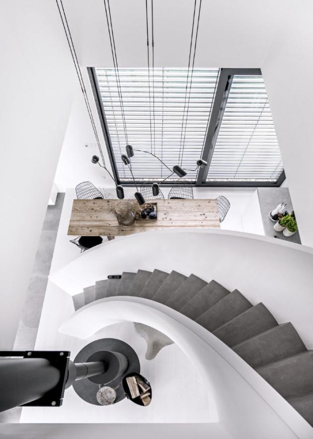 Srdcem stavení je spirálovité schodiště, které padá jako stuha z lávky otevřené galerie.