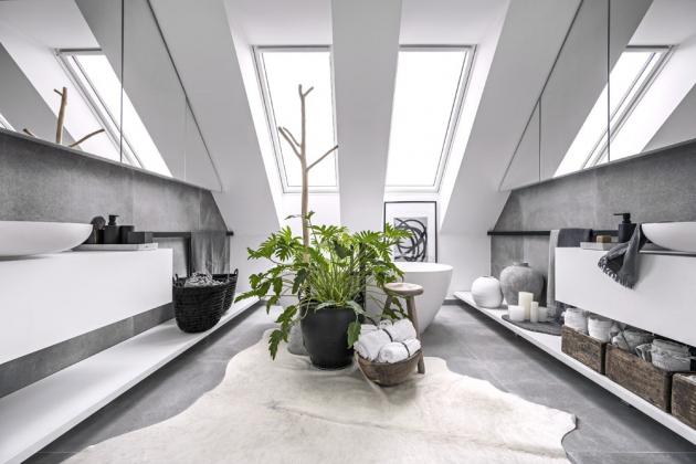 Stěny i podlaha koupelny jsou opatřeny velkoformátovou dlažbou (90 × 90 cm, Porcelanosa). Sanitární keramika z kompozitního materiálu Cristalplant a baterie nesou značku Antonio Lupi. Ostatní vybavení je vyrobeno v atypu.