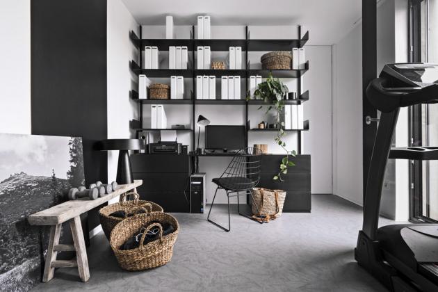 Ústřední bodem ložnice v patře je čalouněné lůžko (Flexteam) a černě lakovaný kovový regál, zhotovený na míru podle návrhu architekta Martina Franka. Doplňují ho stolky z jilmového dřeva a betonový odkládací stolek (Pomax), skříně jsou vyrobeny z bíle lakované MDF desky.