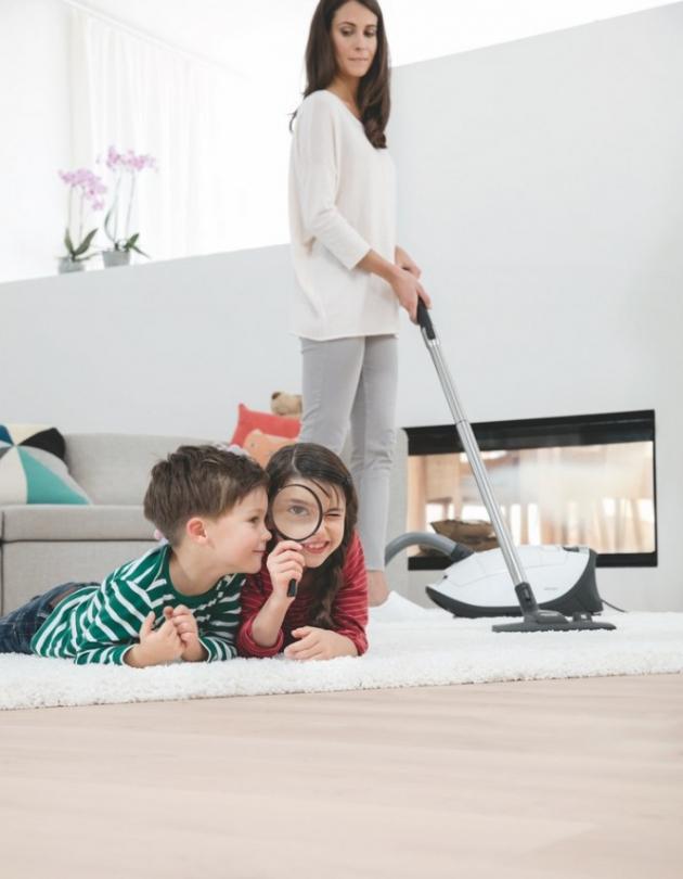 Neocenitelným pomocníkem v boji s alergeny je podlahový vysavač Complete C3 Allergy Powerline, který vysaje i prach a alergeny, které nevidíte, a to díky vysoce účinnému HEPA filtru splňujícímu i ty nejvyšší nároky.