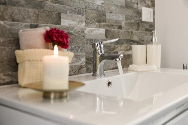 Pokud se právě rozhodujete, jakým způsobem si zařídíte koupelnu, určitě vám běhá hlavou spousta myšlenek.  Vsoučasné době totiž máme na trhu obrovské možnosti, vybírat si můžeme z nepřeberného množství materiálů a designů, ale také jednotlivých řešení.