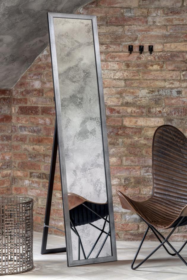 Osobitý styl do ložnice vnáší na míru zhotovený autorský nábytek v industriálním stylu. Zásuvky a poličky nabízejí prostor drobnému prádlu a předmětům osobního charakteru. Do patra vedou schůdky sladěné v designu nábytku. Atraktivním prvkem konceptu jsou i popínavé zelené rostliny, vinoucí se z patra dolů.