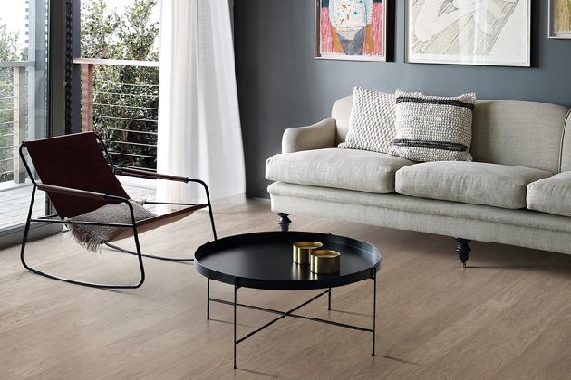 Nová kolekce švédských dřevěných podlah Kährs Life v sobě spojuje krásu a přirozenost dřevěných krytin a vynikající užitné vlastnosti vinylu, především jeho extrémní odolnost a snadnou údržbu.