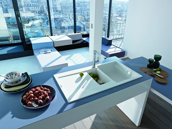 V případě, že se necítíte na odvážně kreace v podobě barevných skříněk, kachliček nebo stěn, rozveselte vaši kuchyni pomocí doplňků. Nebude vás to stát tolik, jako nová kuchyňská linka. Prostor ale rozhodně oživíte.