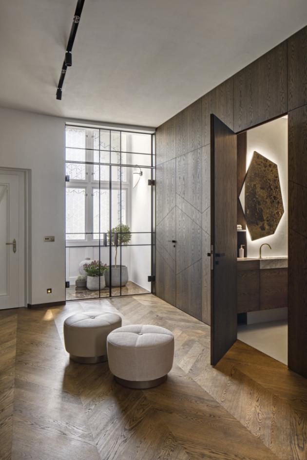 Dominantní prvek interiéru představují celoskleněné dveře s kovovými černými rámy, vyvinuté na míru. Dřevěné podlahy jsou z maďarským vzorem kladených dubových parket s vymývaným černým olejem. Identický olej je použitý také na nábytku. Pokládku dřevěných podlah i kamenných obkladů mistrně zvládli řemeslníci společnosti Louer, WWW.LOUER.CZ