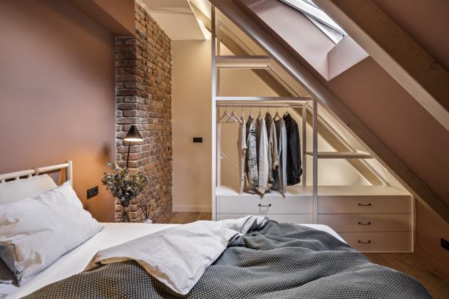 Celkový vzhled interiéru doplňuje přiznaný cihlový komín, který protíná kuchyni i ložnici. Právě v místnosti určené ke spánku si pak zahrál prim, protože ačkoli sám o sobě není nijak výrazný, ložnici zásadním způsobem barevně inspiroval.