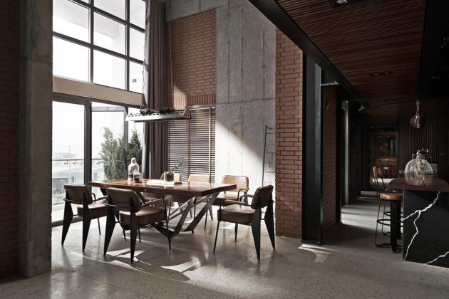 Vestavěný mezanin v podstatné části bytu elegantně rozdělil prostor a nadto také umožnil významné navýšení obytné plochy. Dřevěný obklad na jeho spodní straně v kombinaci s pálenými cihlami byt navíc příjemně zatepluje.