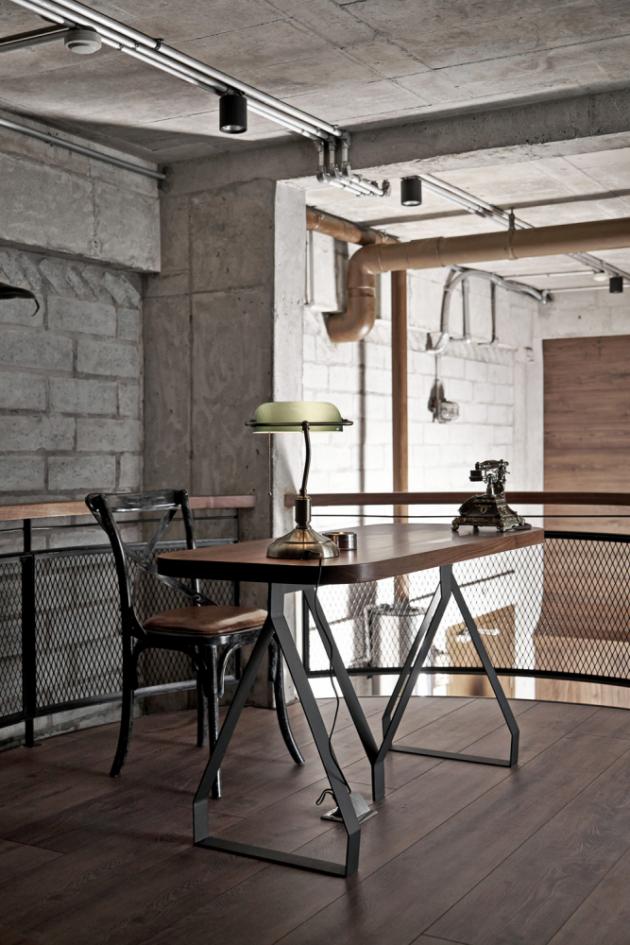 Ocelové patro poskytuje kompletní komfort staromládeneckého života. Vedle otevřené pracovny s nemalou policovou knihovnou je jeho součástí také dobře vybavený bar.