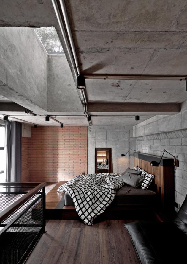 Od striktně průmyslového pojetí a tmavých barevných odstínů neustoupili autoři interiéru ani o píď, a to ani v případě tak a intimních prostor, jakými je koupelna a ložnice.