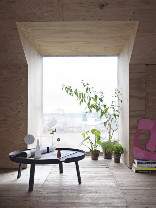 Stolek Around Coffee XL (Muuto), design Thomas Bentzen, MDF, překližka z jasanového nebo dubového dřeva, podnož z masivu, O 95 cm, cena 22 087 Kč, WWW.STOCKIST.CZ