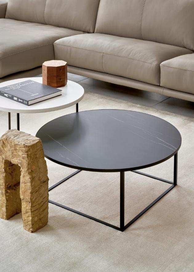 Stolek Prismo (Leolux), design Edward van Vliet, konstrukce z lakovaného kovu, deska ze skla nebo keramiky, O 40 až 100 cm, cena od 20 160 Kč, WWW.SEDLAKINTERIER. CZ, WWW.POGGENPOHL.CZ