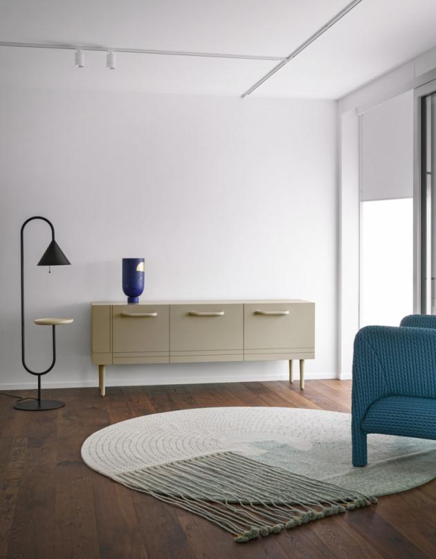 Komoda Kramer (Miniforms), design E-ggs, kov, lakovaná MDF a sklo, 126 × 44 × 160/180 cm, cena od 103 684 Kč, WWW.CSKARLIN.CZ