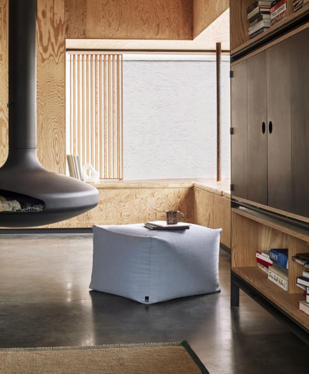 Taburet Pouf (HAY), čalounění 63 % bavlna a 37 % len, výplň z EPS kuliček, 59 × 59 × 40 cm, cena 6 206 Kč, WWW.STOCKIST.CZ