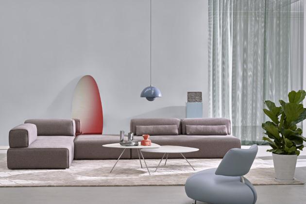 Modulární sofa Ponton (Leolux), design Braun and Maniatis, jednotlivé moduly různých šířek mohou být vybaveny opěradlem, které lze otočit o 90°, dostupné jsou také pufy, polštáře a další doplňky, cena od 224 000 Kč, WWW.SEDLAKINTERIER. CZ, WWW.POGGENPOHL.CZ