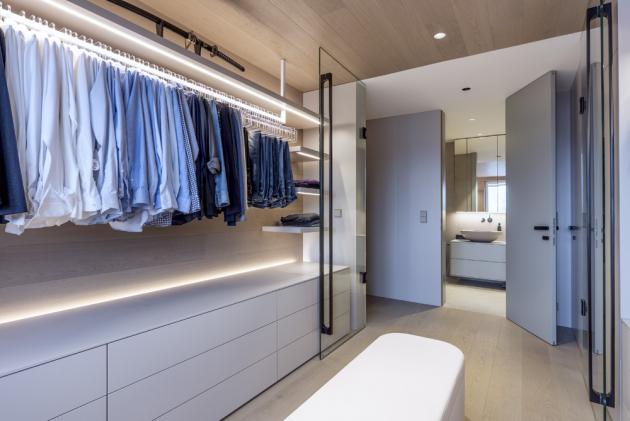 Šatna je nutnou součástí moderní domácnosti. Architekt ji vizuálně navrhoval zcela adekvátně v kontextu s jinými místnostmi. Je řešena na míru potřebám jeho i jeho ženy, a to včetně vnitřního vybavení zásuvek.
