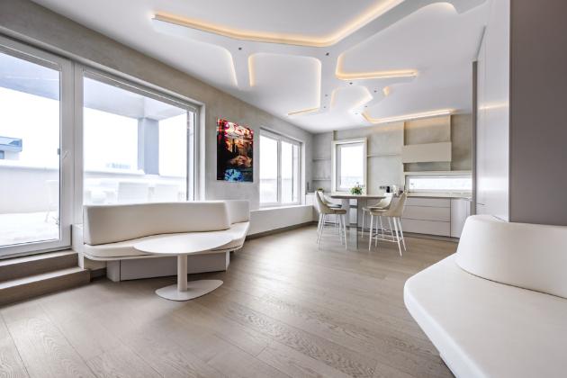 Architekt Filip Hejzlar zvolil jednu stěžejní barvu a k ní pak napříč použitými materiály hledal nejbližší možné odstíny, aby dodržel koncept jedním tahem, jednou barvou.