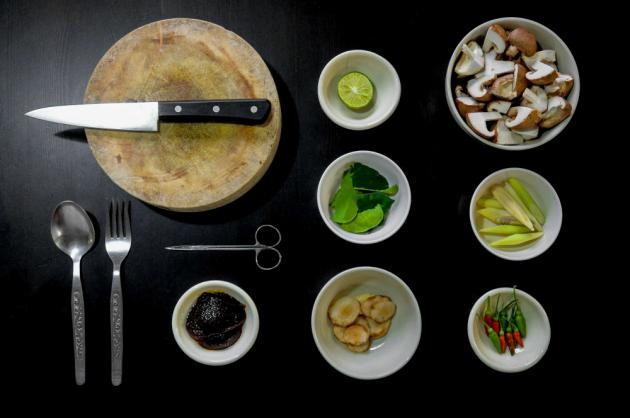 Snažte se při vaření ihned utřít cokoliv rozsypaného nebo rozlitého. Mějte po ruce papírovou nebo textilní utěrku. Zaprvé si zespod neušpiníte mísy, talíře a dózy a zadruhé ani sebe. Zaschlá špína se uklízí mnohem hůř než čerstvá. Proto na kuchyňské lince udržujte pořádek.