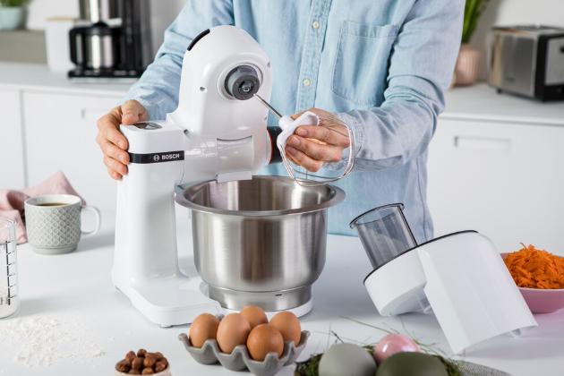 Kuchyňské roboty Bosch MUM Serie 2 mají kompaktní rozměry, ale jsou určené i pro ambiciózní kuchaře. Hodí se do každé kuchyně a lze je snadno kamkoli uložit, když zrovna nejsou potřeba. Díky silnému motoru, širokému spektru příslušenství a jedinečné technologii míchání však zároveň zaručují perfektní výkon.
