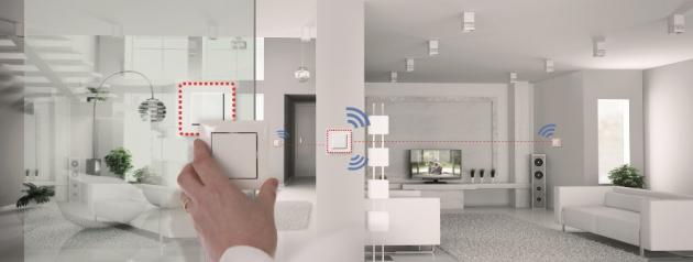 Komunikace mezi bezdrátovými prvky je vždy obousměrná spotvrzováním zpráv na frekvenci 868,3 MHz a je zabezpečená heslem. To zajišťuje vysokou spolehlivost systému. Pokud je třeba, díky známé kvalitě signálu mezi přístroji, systém komunikuje na větší vzdálenosti přes routery vzduchem, kterými se stávají všechny RF prvky napájené ze sítě 230 V.
