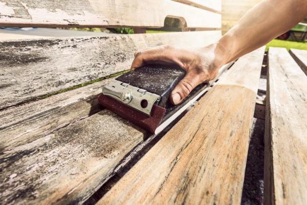 Na ošetření dřevěného nábytku pomocí speciálních olejů či vosků je dobré myslet už při jeho pořízení. Jako každý přírodní materiál totiž vysychá nebo absorbuje vlhkost, což výrazně ovlivňuje jeho vzhled a životnost.