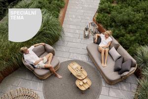 Už s prvními paprsky si ale můžeme užívat bezprostřední kontakt spřírodou s každým vstupem na balkón, terasu či zahradu a o poznání příjemněji, když si své útočiště pod širým nebem náležitě zvelebíme.