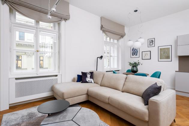 Do nevelkého bytu architektka zvládla dostat vše, co člověk v 21. století potřebuje k žití. Nedostatek prostoru pro kuchyňskou linku elegantně vyřešil ostrůvek, na který navazuje i praktický pult, doplněný barovými židličkami se sametovými čalouněním.