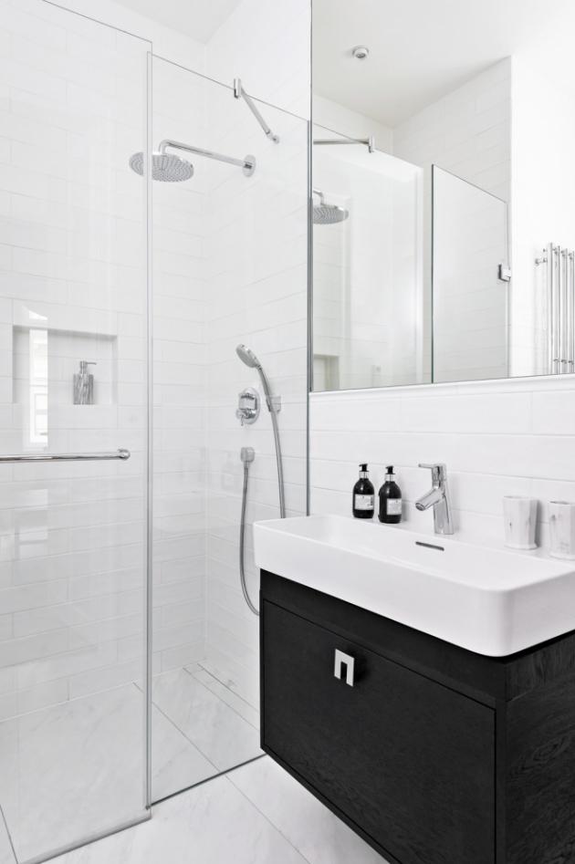 Absence okna v koupelně nemusí nutně znamenat problém. V takovém případě je však vždy lepší volit obklady ve světlých odstínech, které mají moc prostor opticky zesvětlit.