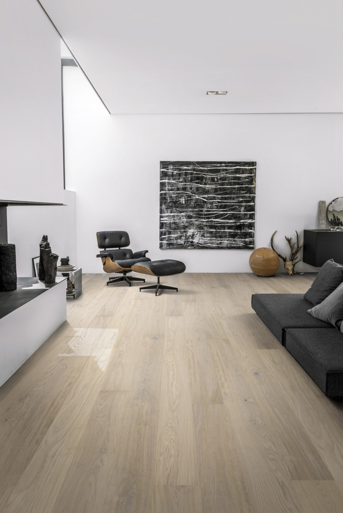 Třívrstvá dřevěná podlaha z kolekce Lux (Kährs), dekor Dub Horizont, ultra matný lak, kartáčovaný, bíle mořený, mikro zkosené hrany, lamela 2 420 × 187 × 15 mm, cena 3 066 Kč/m2, WWW.KPP.CZ
