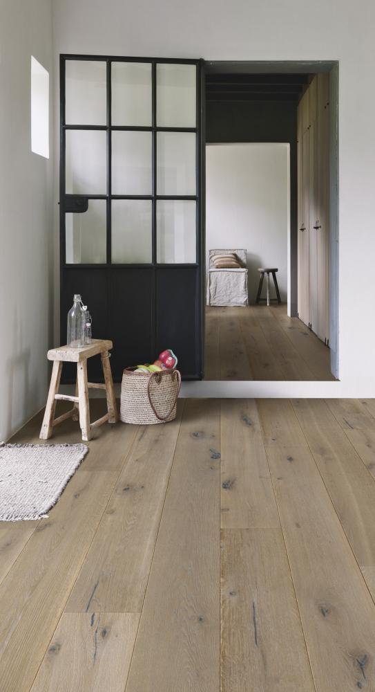 Dřevěná podlaha z kolekce Imperio (Quick-Step), dekor Dub nugát olejovaný, technologie odpuzující vlhkost zabraňuje proniknutí tekutin a znečištění spojů, rozměr lamely 2 200 × 220 × 14 mm, cena 1 960 Kč/m2, WWW.QUICK-STEP.CZ