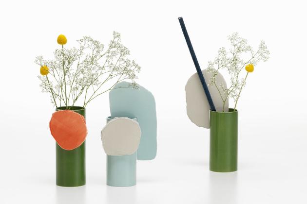 Vázy Découpage (Vitra) mají výrazně řemeslný vzhled umocněný doplňky v podobě abstraktních disků a tyčinek, jež lze libovolně aranžovat společně s květinami.