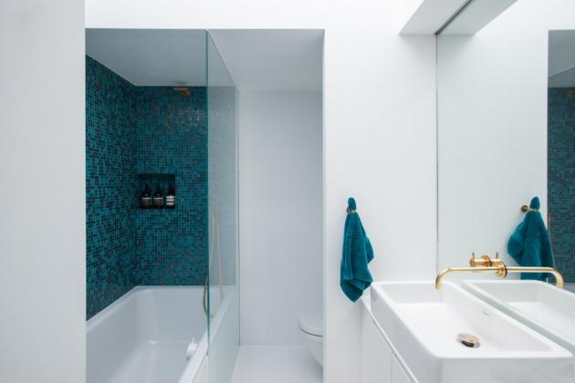 V souladu s estetickými požadavky majitele, architekti použili v celém interiéru vizuálně čisté materiály - bílé betonové cihly, umělý kámen Corian, litou pryskyřičnou podlahu, dubové dřevo a mramor.