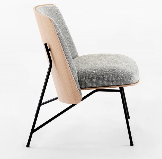 Jsou chvíle, kdy pohodlí křesla až příliš otupí smysly a omezí naší aktivitu na nežádoucí minimum. Jindy zase židle obtěžuje svou přísnou ergonomií, která nedovoluje chvíli jen tak spočinout. Proto vznikl Tinker (Prostoria), na němž lze pracovat i u vysokého stolu, a zároveň se cítit uvolněně.