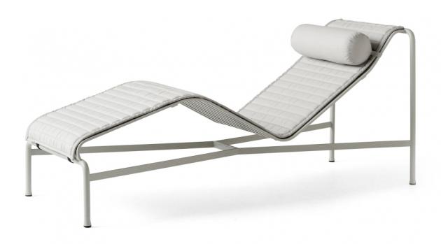 Zakřivený rám lehátka, které čerstvě obohatilo sérii venkovního nábytku Palissade (HAY), sebejistě předurčuje formu té nejlepší relaxace pod sluncem.