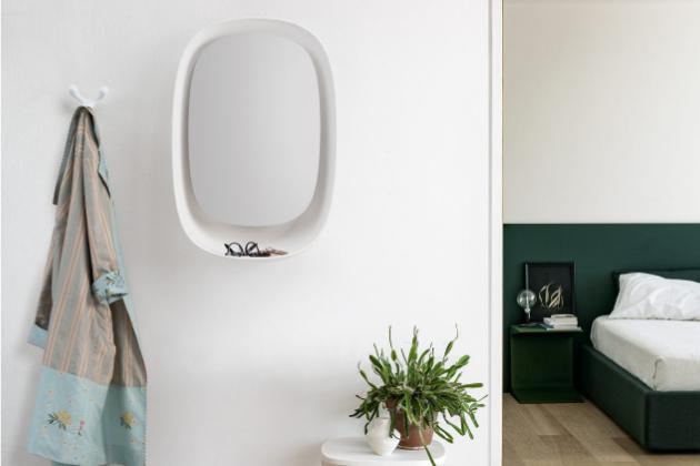 Zrcadlo Take Off (Kristalia) inspirované oknem letadla působí jako osobní spojka mezi domovem a vnějším světem.