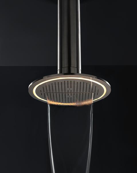Pevná sprcha s tropickým deštěm, kaskádami i jemnou mlhou JK21 Mono (Zazzeri) je vybavena jemným LED podsvícením s nastavitelnou barevností a těžce avantgardním vzhledem.