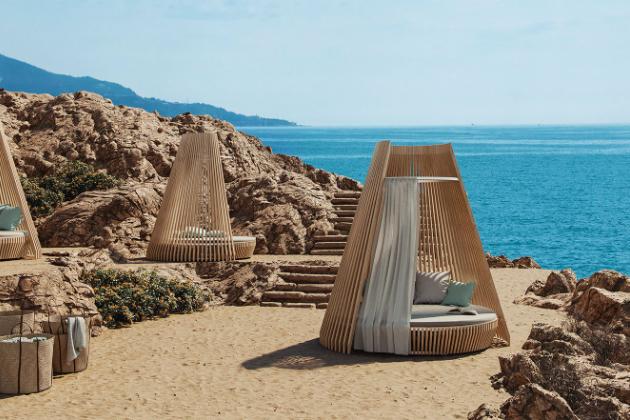Hut (Ethimo) je mnohem víc než jen venkovní nábytek.  Jeho proporce a funkčnost ho povyšují na kvalitní architekturu odolávající slunci, větru, dešti. Vyroben je ze stabilního dřeva Accoya a kovu.