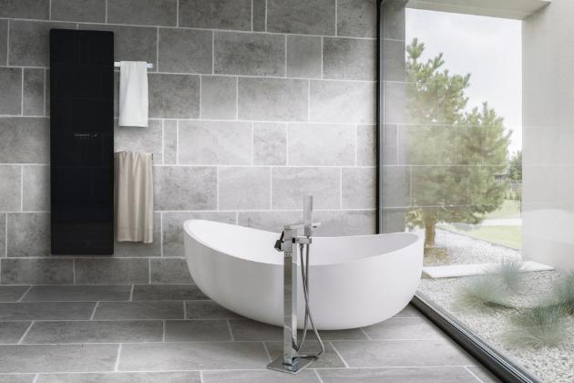 Ušlechtilý skleněný povrch elektrického radiátoru Zehnder Deseo Verso harmonicky ladí s moderním stylem koupelen.  Uživatelé ocení praktické zavěšení ručníků na jednom nebo dvou výsuvných držácích. Dostupný také v provedení zrcadlo či v bílé.