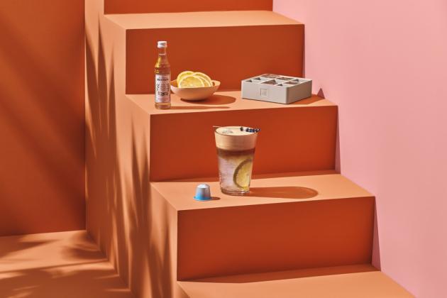 Aby byla vaše káva Barista Creations pro ledové osvěžení ještě chutnější, nabízíme milovníkům kávy tři nové sirupy MONIN. Tyto sirupy MONIN mají příchuť vanilky, šafránu a hřebíčku (tiki). Obsahují přírodní aromata, která dodávají kávě novou chuť. Cena za balení 3 sirupů je 270 Kč.