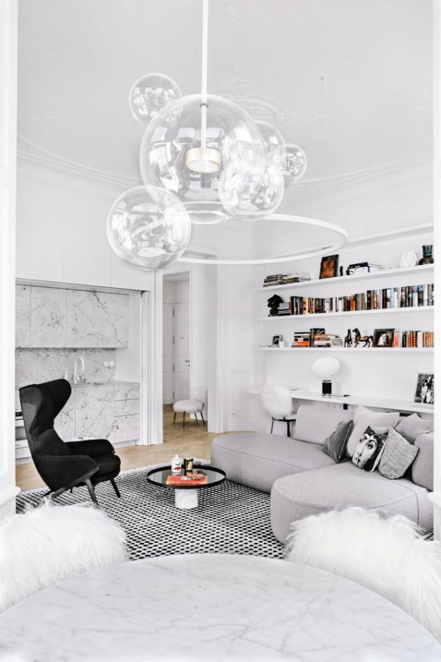 Místnosti dominuje sofa Bowy a křeslo 395-396 P22 (Cassina), které doprovází atraktivní lustr Bolle (Giopato Coombes). Na návrhu osvětlení, dodávce a montáži svítidel spolupracovala společnost Bulb.