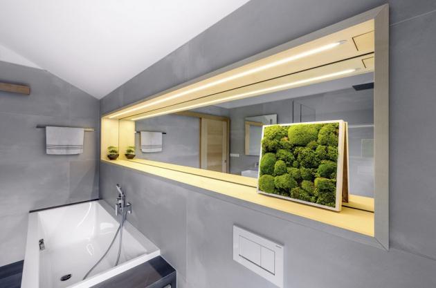 V dlouhé nice nad umyvadlem je zrcadlo s osvětlením, které využívají majitelé jako hlavní světlo.